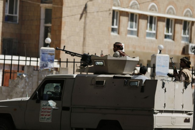 Un combattant Houthis monte la garde près des... (Photo Khaled Abdullah, Reuters)