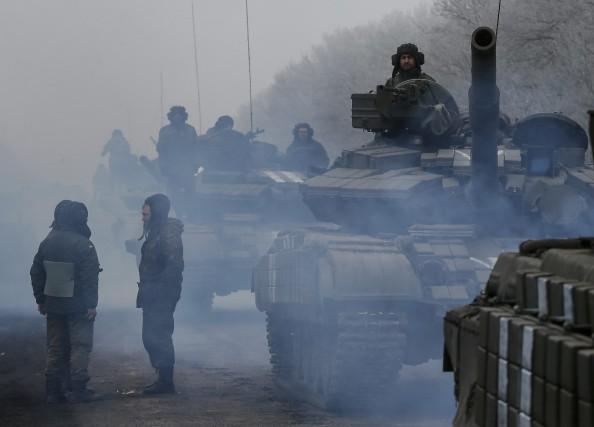 Les soldats ukrainiens manoeuvrent près deDebaltseve, dans l'est... (PHOTO GLEB GARANICH, REUTERS)
