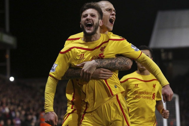 Adam Lallana célèbre son but en compagnie de... (PHOTO JUSTIN TALLIS, AFP)