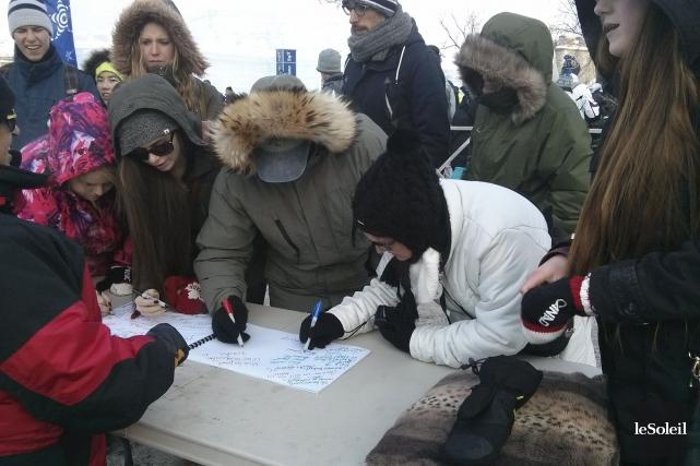 Près de 550 personnes ontsigné la carte de... (Photo Le Soleil, Gabrielle Thibault-Delorme)