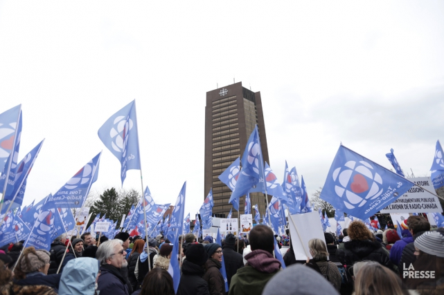 Une manifestation pour la survie de Radio-Canada a... (PHOTO FANNY LACASSE, ARCHIVES LA PRESSE)