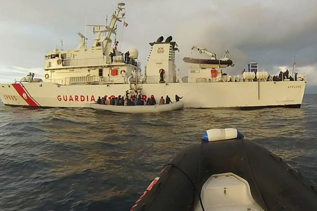 Les survivants ont raconté que les passeurs les... (PHOTO AFP/GUARDIA COSTIERA)