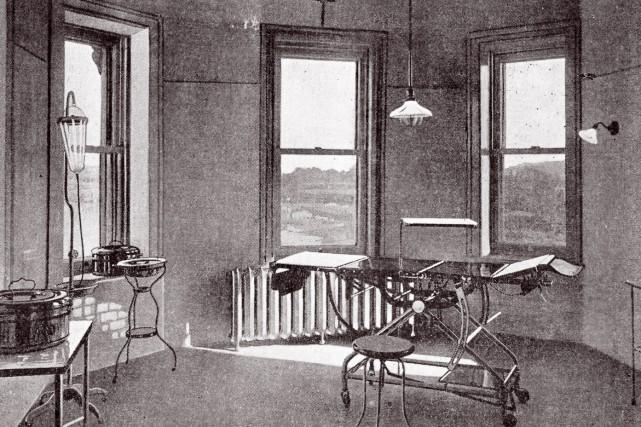 Une salle d'opération de l'hôpital Saint-François-d'Assise photographiée en... (Photo Archives de la corporation des bénévoles de l'hôpital Saint-François-d'Assise)