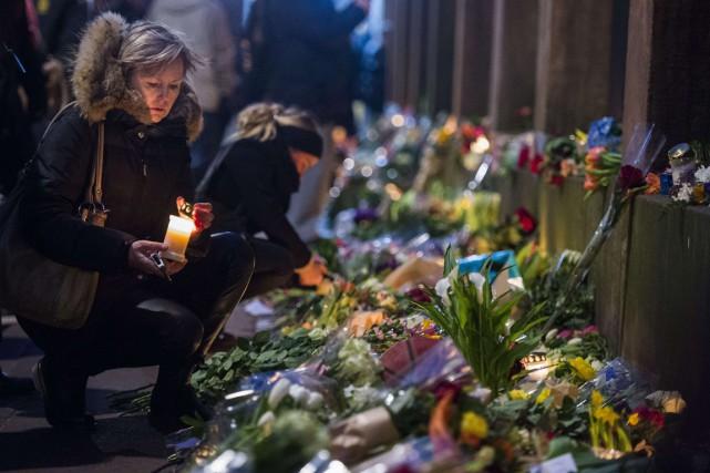 Des passants ont déposé des fleurs près de... (Photo Odd Andersen, AFP)