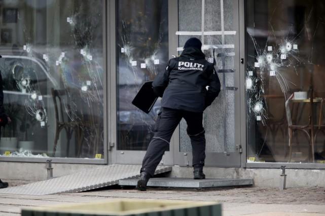Un policier près de la scène du crime,... (Photo Michael Probst, AP)