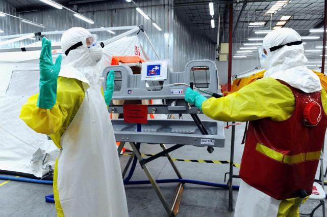 Deux travailleurs des organisations Médecins sans Frontières et... (PHOTO JEAN-FRANCOIS MONIER, ARCHIVES AFP)