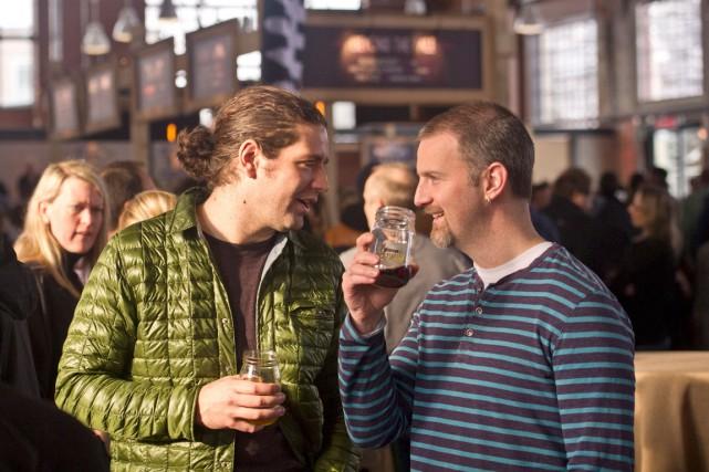 Michael Bruneau et Mark Landing au Brewfest d'hiver.... (Martin Roy, LeDroit)
