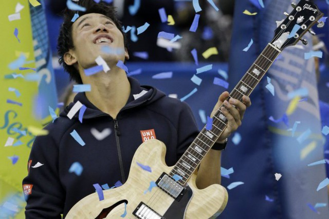 Kei Nishikori a reçu un trophée en forme... (Mark Humphrey)