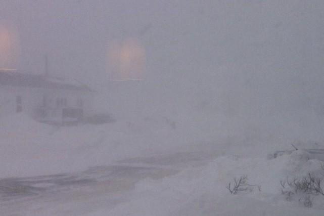 La visibilité est carrément nulle à Havre-Saint-Pierre lundi... (Photo fournie par Nathalie Desmeules)