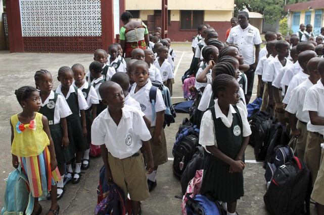 Des élèves attendent avant d'entrer à l'écoleDon Bosco... (PHOTO ZOOM DOSSO, AFP)