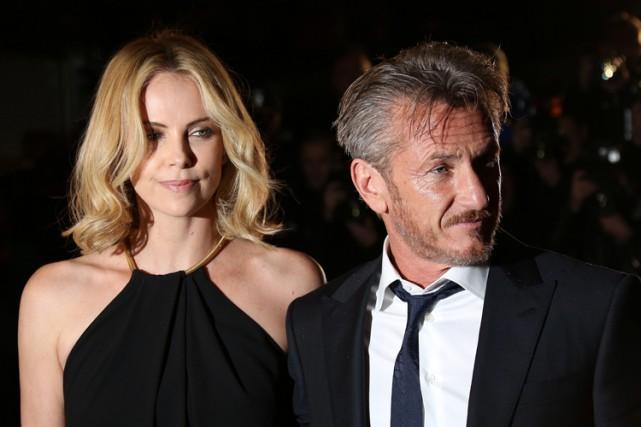 Sean Penn et sa compagne Charlize Theron lors... (Photo: AP)