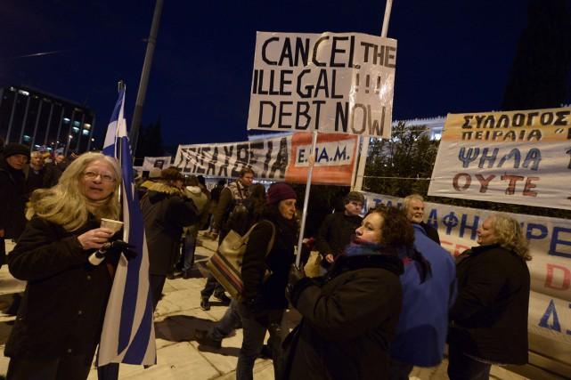 Des manifestants contre les mesures d'austérité se sont... (PHOTO LOUISA GOULIAMAKI, AGENCE FRANCE-PRESSE)