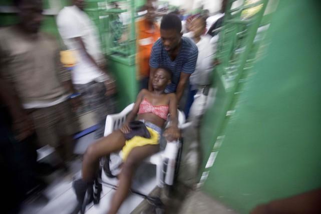 Une femme blessée durant un accident survenu lors... (PHOTO DIEU NALIO CHERY, AP)