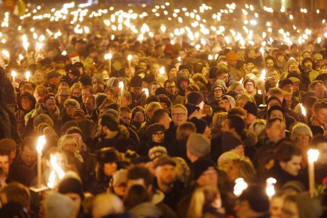 Des milliers de chandelles ont été allumées, hier... (PHOTO MICHAEL PROBST, AP)