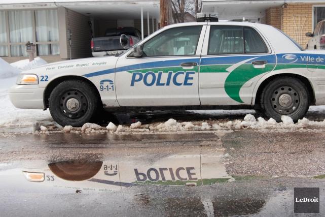 La police a bouclé les environs du 25, chemin de la Savane, à Gatineau, à la... (Etienne Ranger, Archives LeDroit)