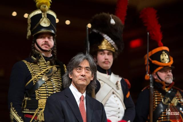 Entouré d'acteurs vêtus d'uniformes napoléoniens, Kent Nagano a... (Photo Robert Skinner, La Presse)
