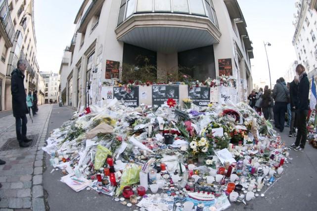Des bougies et des fleurs sont déposées devant... (PHOTO JOEL SAGET, ARCHIVES AFP)