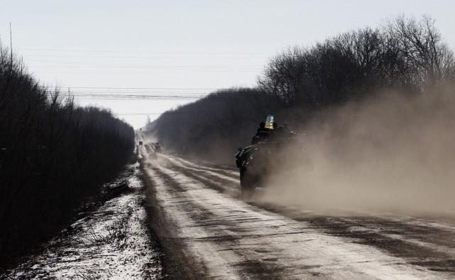 Des soldats ukrainiens se déplace à bord d'un... (PHOTO PETR DAVID JOSEK, AP)