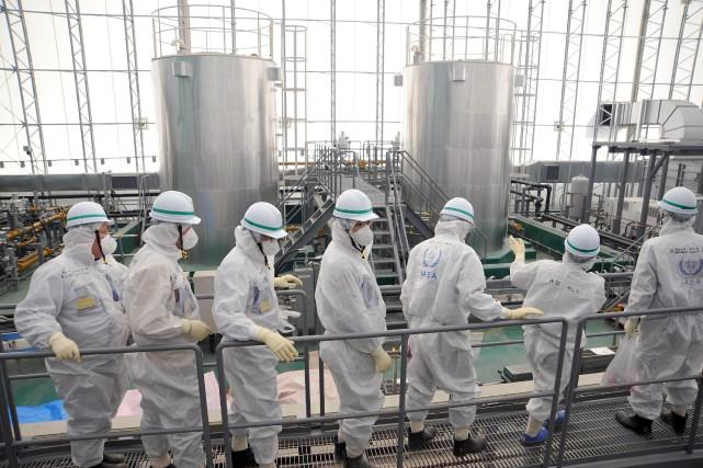Des employés del'AIEA inspectent la centrale endommagée en...