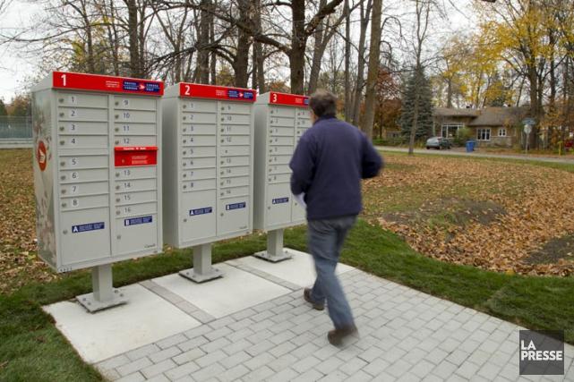 L'implantation des boîtes postales sur l'île de Montréal connaît déjà des... (PHOTO ALAIN ROBERGE, ARCHIVES LA PRESSE)