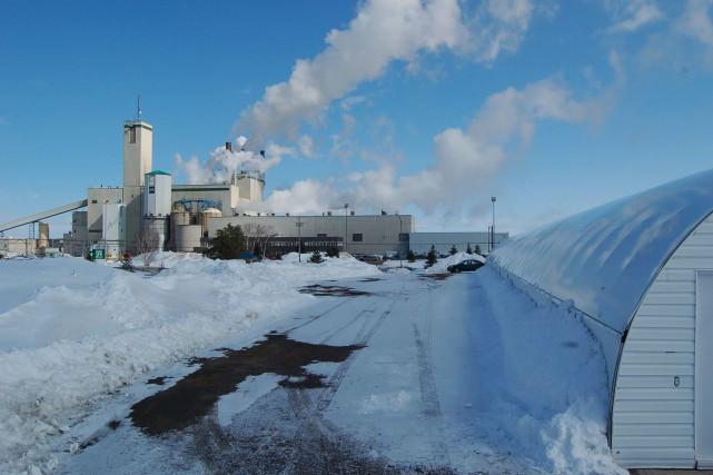 Une vingtaine d'agents de la GRC sont débarqués à l'usine de pâte de Produits... (Photo archives)