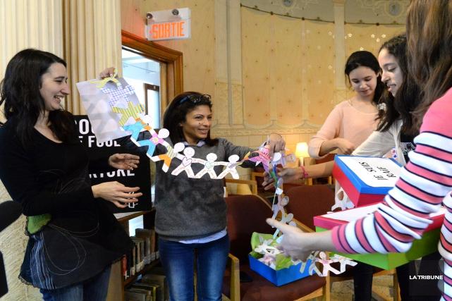 Des étudiantes du Collège Mont Notre-Dame offrent à... (IMACOM, MAXIME PICARD)