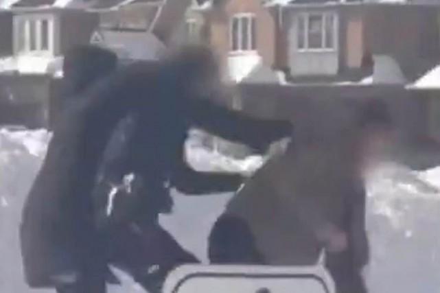 L'agression de la policière a été captée sur... (Photo: PC)