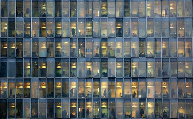 Les employés qui utilisent des postes de travail munis d'un tapis roulant... (PHOTO STEFANO RELLANDINI, ARCHIVES REUTERS)