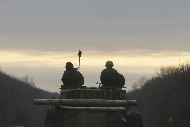 Deux soldats ukrainiens patrouillent à bord d'un véhicule... (PHOTO GLEB GARANICH, REUTERS)