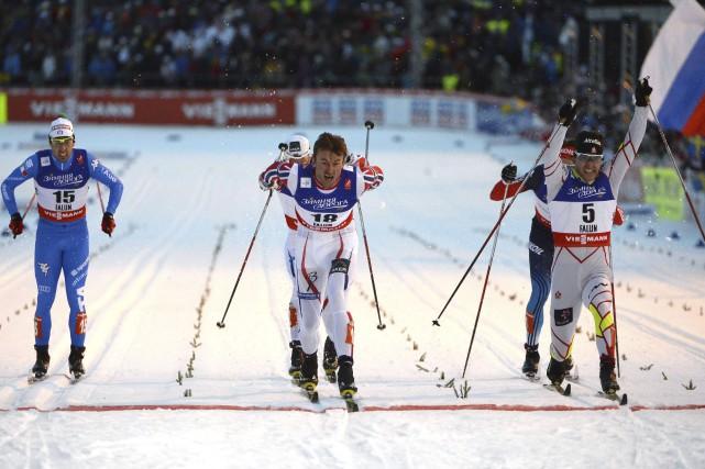 Alex Harvey (numéro 5, à droite), a terminé... (Photo AFP, Jonathan Nackstrand)