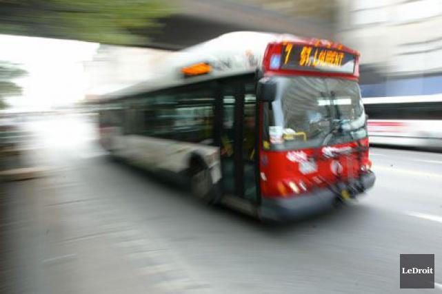 Une collision entre une voiture et un autobus d'OC Transpo a fait quatre... (Archives, LeDroit)