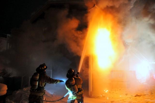 Un violent brasier a complètement détruit un immeuble à logements de la... (Photo collaboration spéciale Éric Beaupré)