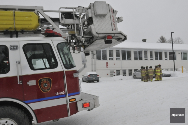 Pompiers et policiers ont été dépêchés sur les... ((Photo Le Quotidien, Michel Tremblay))