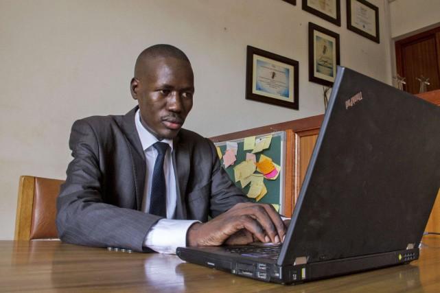 L'avocat Gerald Abila investit les réseaux sociaux pour... (PHOTO ISAAC KASAMANI, AFP)
