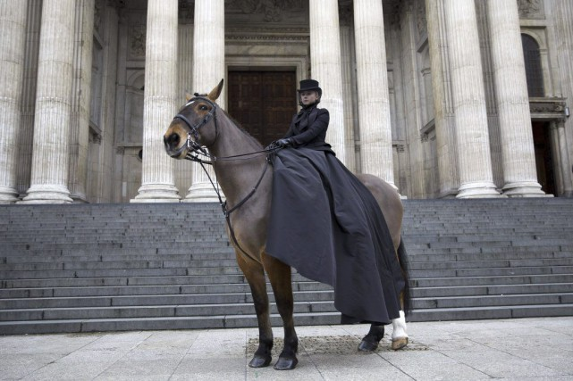 Une mannequin assise sur un cheval se trouvait... (PHOTO JUSTIN TALLIS, AFP)
