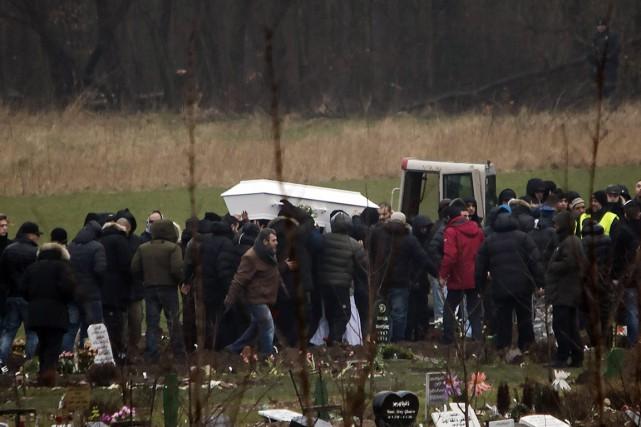 Vendredi, la tombe est restée anonyme, sans plaque.... (PHOTO RASMUS FLINDT PEDERSEN, AP/POLFOTO)