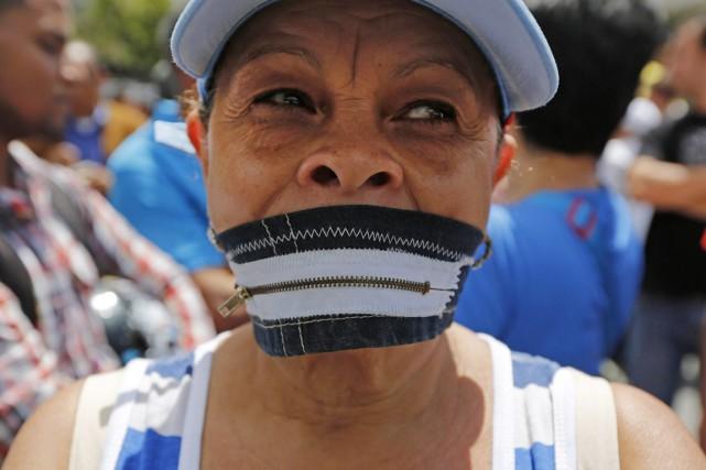 Une militante participe à une manifestation à Caracas,... (PHOTO ARIANA CUBILLOS, AP)
