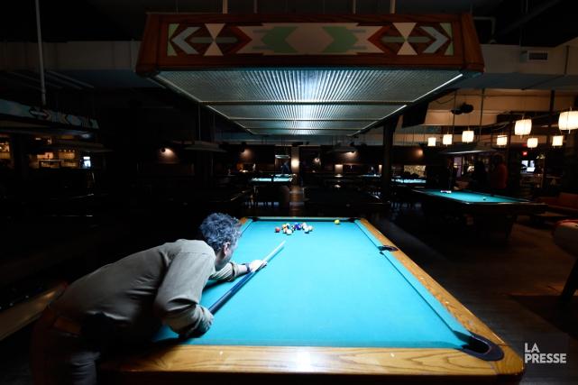Le billard s'est déjà mieux porté au Québec. À preuve, de nombreuses salles... (PHOTO BERNARD BRAULT, LA PRESSE)