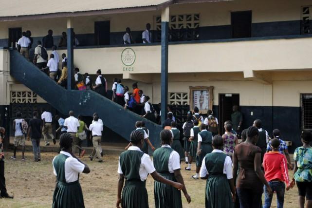 Des milliers d'étudiants sont retournés à l'école pour... (Photo James Giahyue, Reuters)