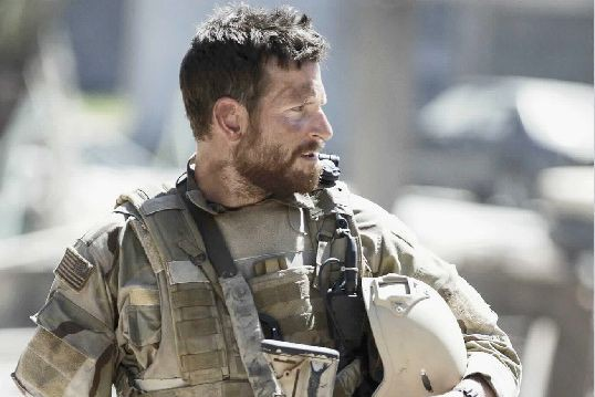 Bradley Cooper dans Tireur d'élite américain de Clint... (Photo Warner)