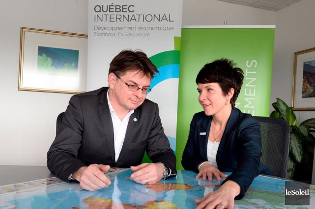 Thierry Champagne et Julie Carrier de l'équipe de... (LE SOLEIL, ERICK LABBÉ)