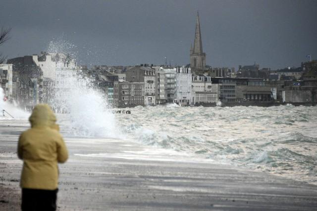 À Saint-Malo, curieux dûment vêtus de bottes et... (PHOTO DAMIEN MEYER, AFP)
