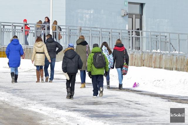 Des étudiants devant l'école secondaire Neûfchatel... (Photothèque Le Soleil, Yan Doublet)