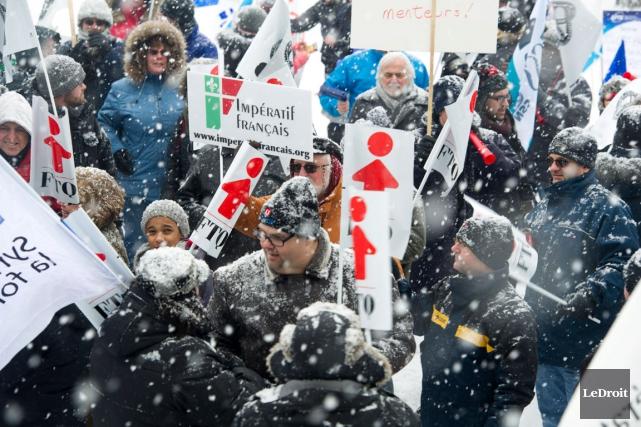 Des dizaines de manifestants attendaient de pied ferme... (Martin Roy, LeDroit)