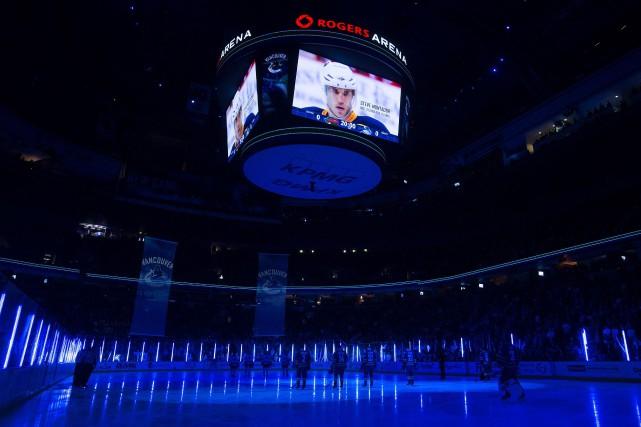Les Canucks ont rendu hommage à Montador lundi... (Photo Darryl Dyck, La Presse Canadienne)