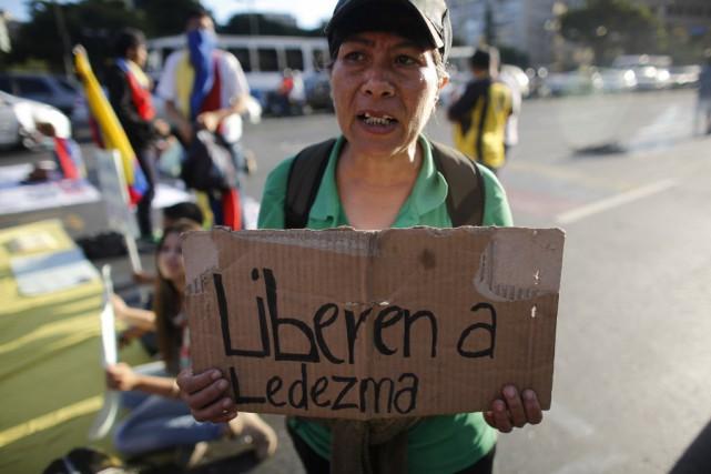 Une manifestante tient une pancarte où il se... (Photo Ariana Cubillos, AP)