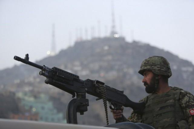 Un soldat afghan surveille les lieux d'une attaque... (Photo Rahmat Gul, AP)