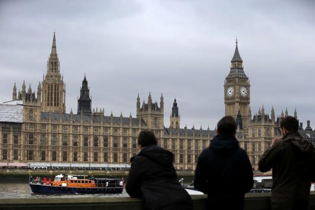 Après la zone euro, le Royaume-Uni s'approche à son tour à grands pas de la... (PHOTO ADRIAN DENNIS, ARCHIVES AFP)