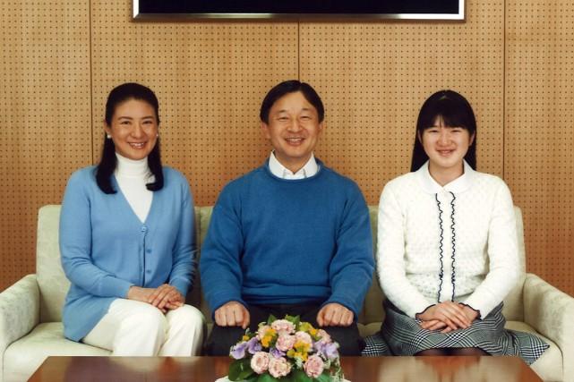 Le prince héritierNaruhito pose avec sa femme, la... (Photo fournie par l'agence impériale du Japon/AFP)