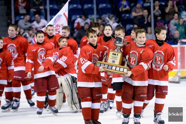 Les jeunes Russes paradaient fièrement avec le trophée... (Photo Le Soleil, Jean-Marie Villeneuve)